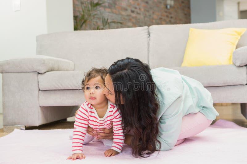 behandla som ett barn den lyckliga dottern henne modern royaltyfria bilder