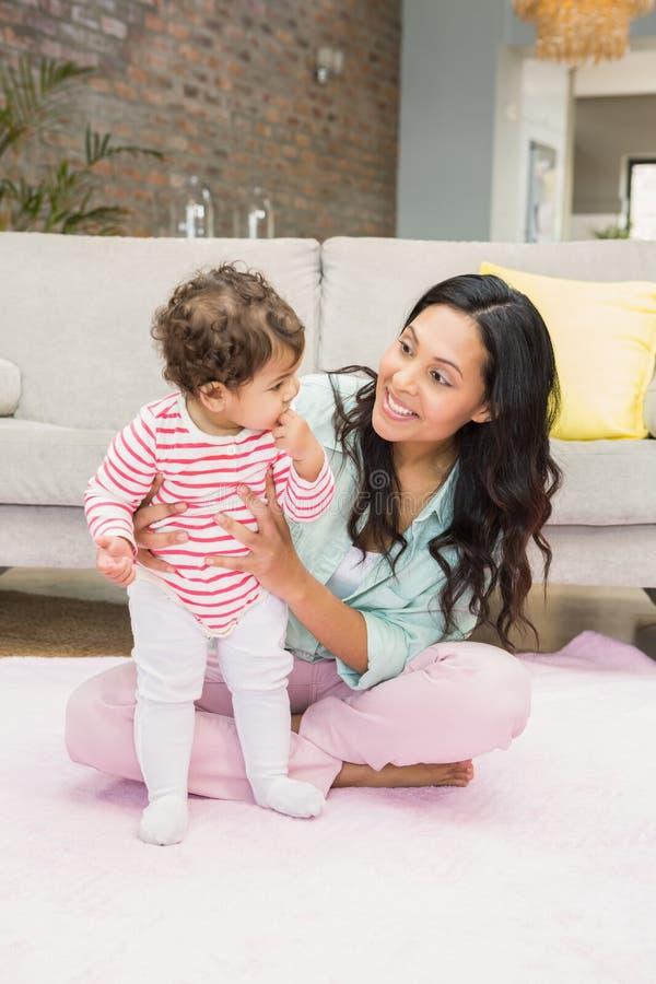 behandla som ett barn den lyckliga dottern henne modern royaltyfri bild