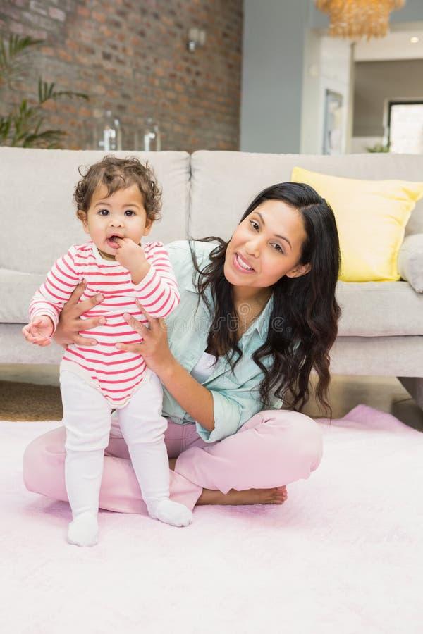 behandla som ett barn den lyckliga dottern henne modern arkivfoto