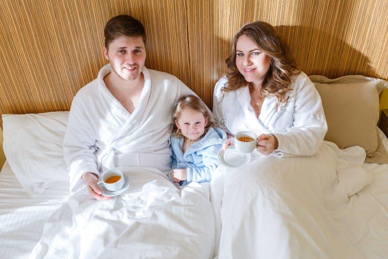 behandla som ett barn den lyckliga familjen royaltyfri fotografi