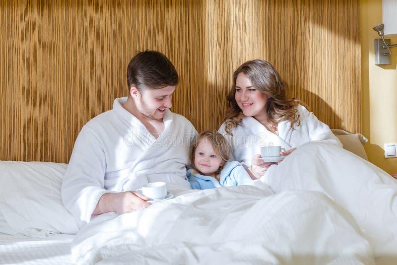behandla som ett barn den lyckliga familjen fotografering för bildbyråer