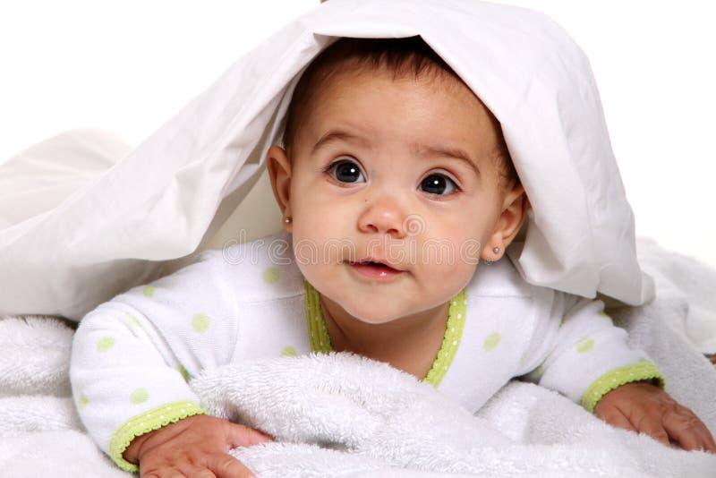 behandla som ett barn den lyckliga flickan arkivbild