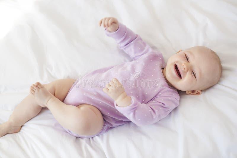 behandla som ett barn den lyckliga flickan royaltyfri foto