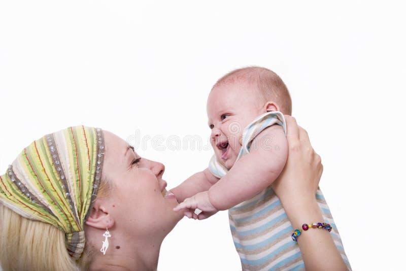behandla som ett barn den lyckliga holdingmodern arkivfoton