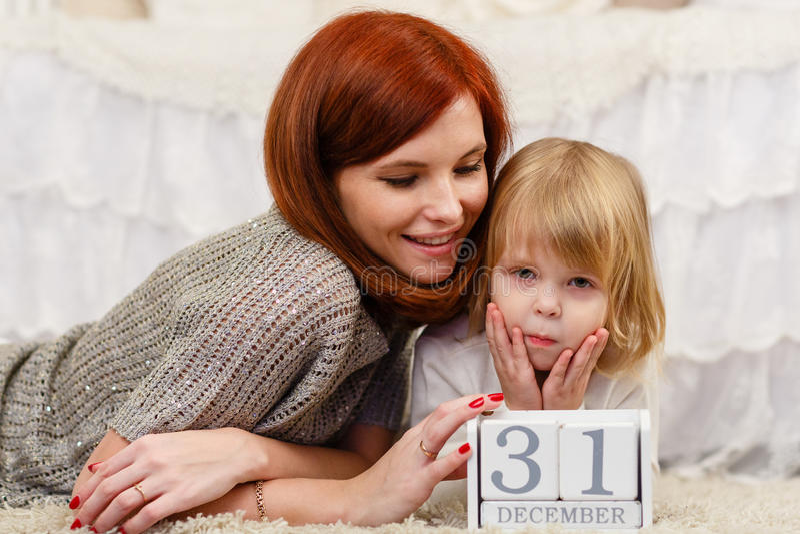 behandla som ett barn den lyckliga isolerade modern för bakgrundsfamiljfadern över le vitt barn arkivfoto