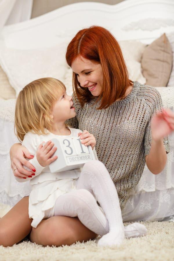 behandla som ett barn den lyckliga isolerade modern för bakgrundsfamiljfadern över le vitt barn arkivfoton