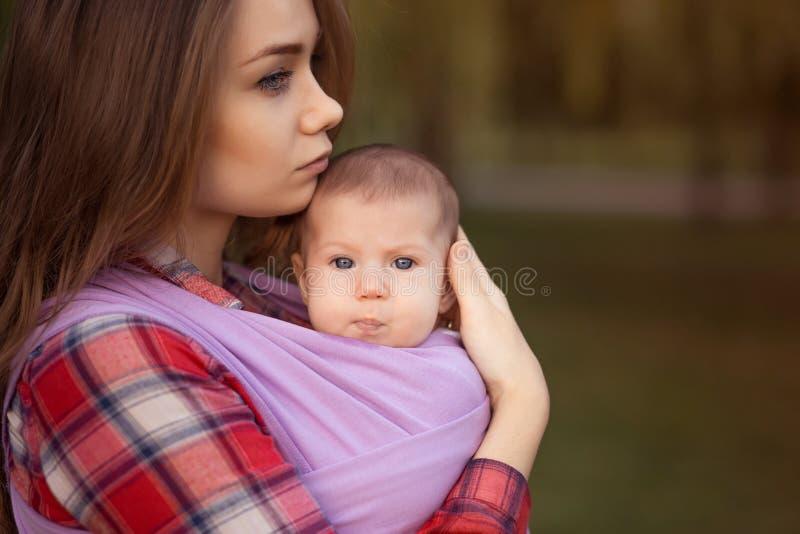 behandla som ett barn den lyckliga isolerade modern för bakgrundsfamiljfadern över le vitt barn royaltyfri bild