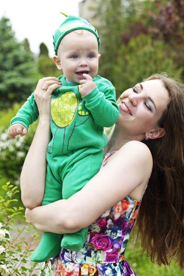 behandla som ett barn den lyckliga modern royaltyfria foton