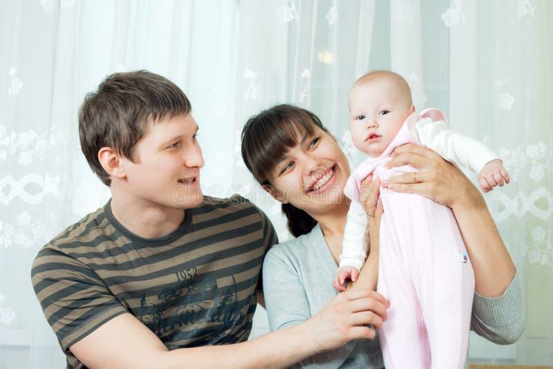 behandla som ett barn den lyckliga modern för familjfadern royaltyfri fotografi