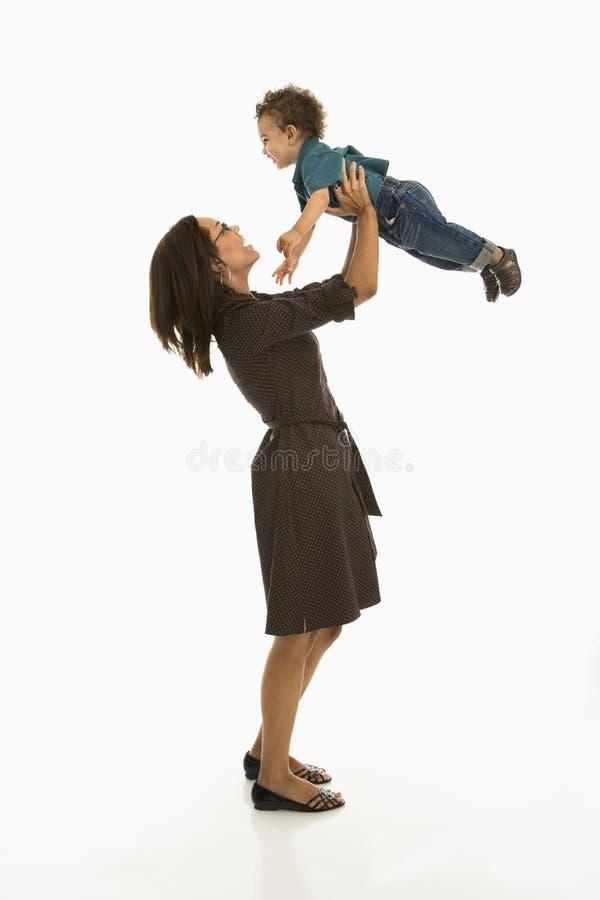 behandla som ett barn den lyckliga momen royaltyfri foto