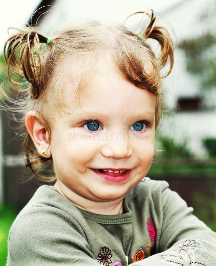 behandla som ett barn den lyckliga ståenden för flickan royaltyfri foto