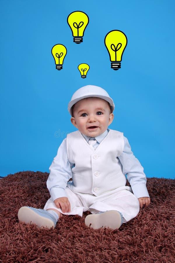 behandla som ett barn den lyckliga ståenden för pojken royaltyfri fotografi