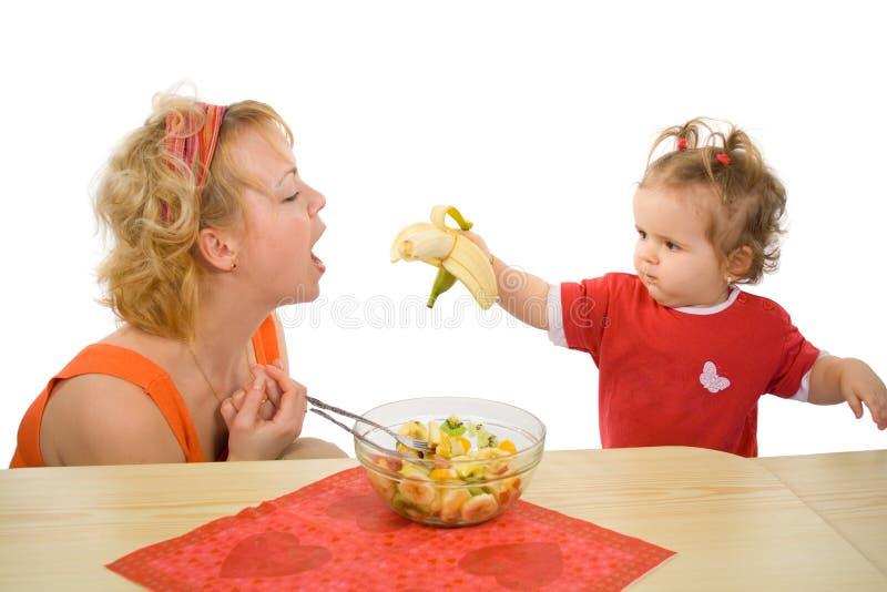 behandla som ett barn den matande flickamomen royaltyfri foto