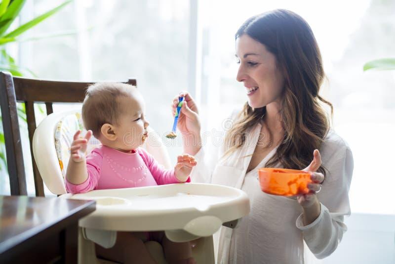 behandla som ett barn den matande moderskeden royaltyfria foton