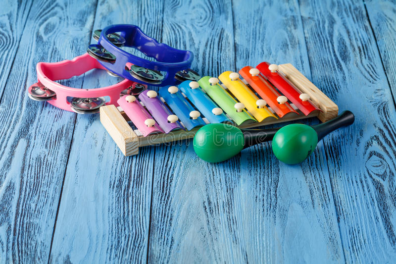 Behandla som ett barn den musikinstrumentsamlingsmaracas, xylofonen och tamboen royaltyfria bilder