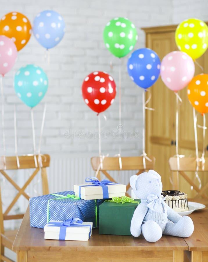 behandla som ett barn den nya duschen för det födda pojkekortet Sötsaker och gåvor på tabellen arkivfoto