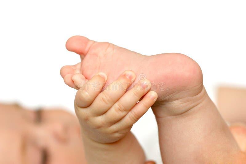 behandla som ett barn den nya födda foten royaltyfri bild