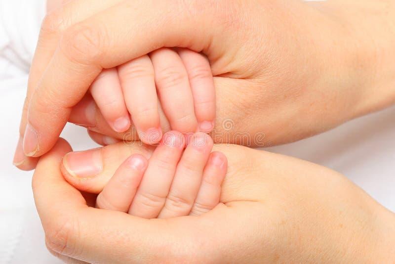 behandla som ett barn den nya födda handen royaltyfri fotografi