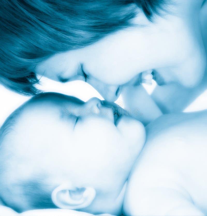 behandla som ett barn den nya födda modern royaltyfria bilder