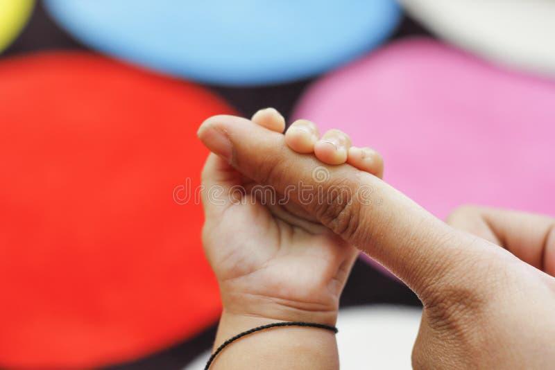 behandla som ett barn den nya f?dda handen royaltyfri fotografi