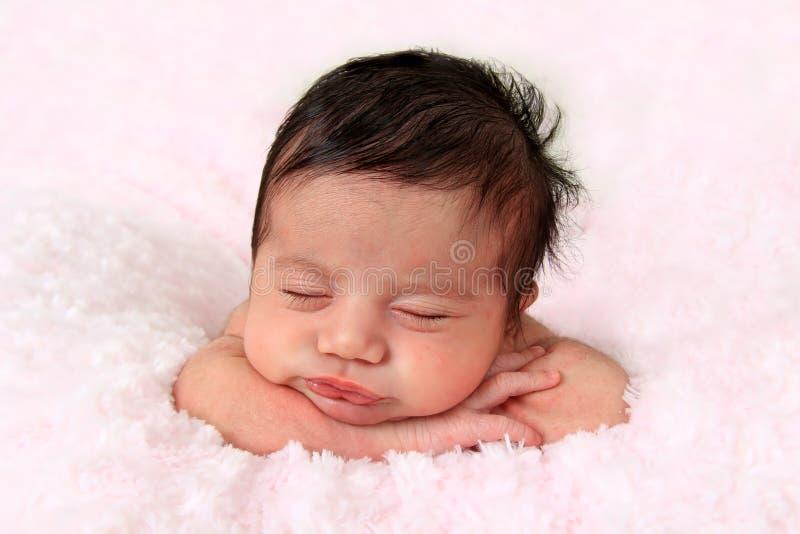 behandla som ett barn den nyfödda flickan royaltyfria bilder