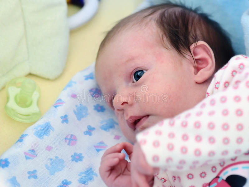 behandla som ett barn den nyfödda flickan royaltyfri fotografi