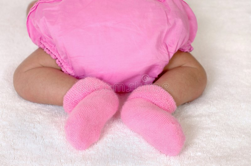 behandla som ett barn den nyfödda fotflickan arkivbild