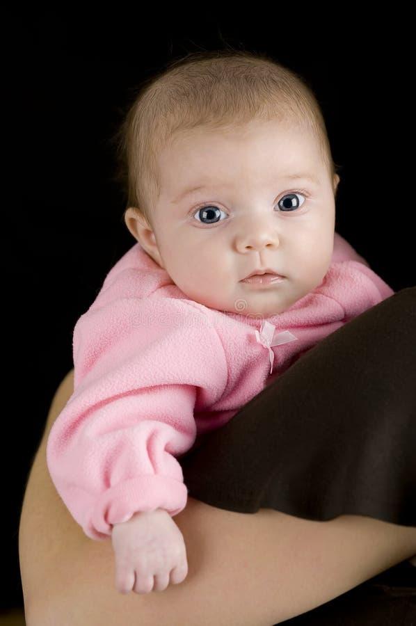 behandla som ett barn den nyfödda gulliga flickan fotografering för bildbyråer