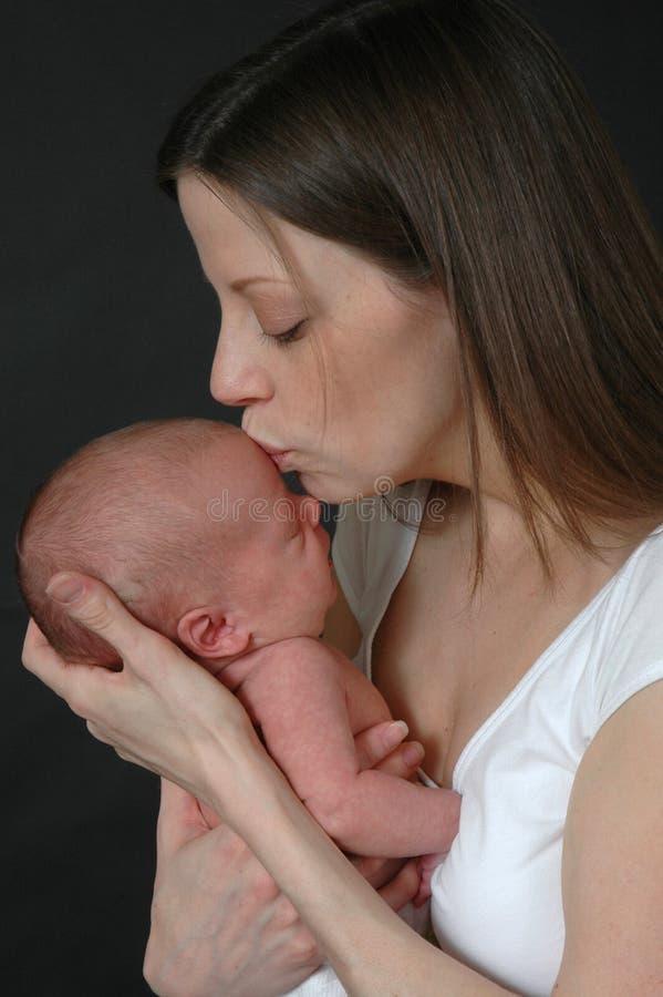 behandla som ett barn den nyfödda modern arkivbild
