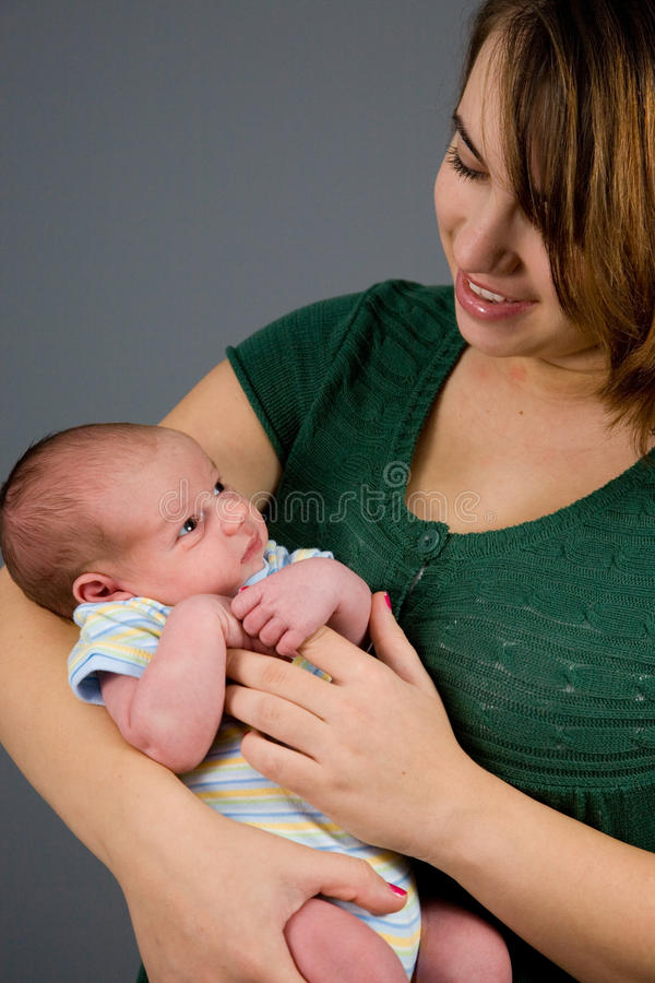 behandla som ett barn den nyfödda pojken arkivfoton