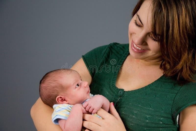 behandla som ett barn den nyfödda pojken arkivbilder