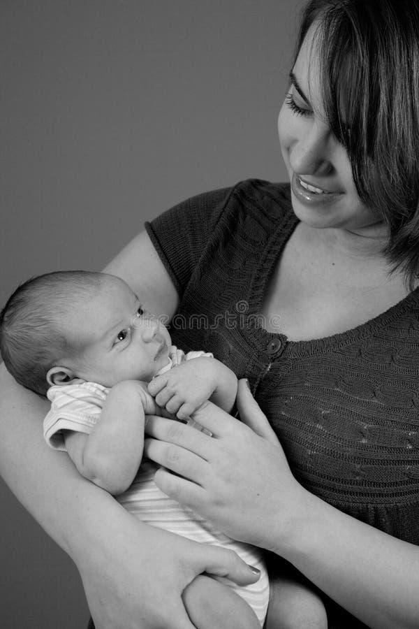 behandla som ett barn den nyfödda pojken fotografering för bildbyråer
