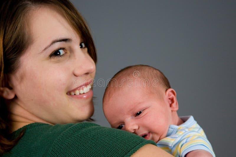 behandla som ett barn den nyfödda pojken royaltyfri bild