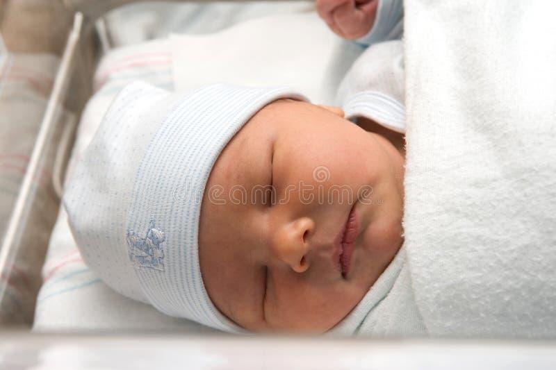 behandla som ett barn den nyfödda pojken arkivfoto