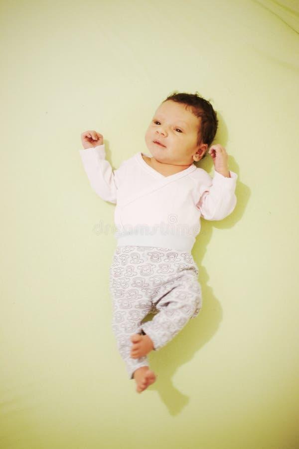 behandla som ett barn den nyfödda sötsaken royaltyfri fotografi