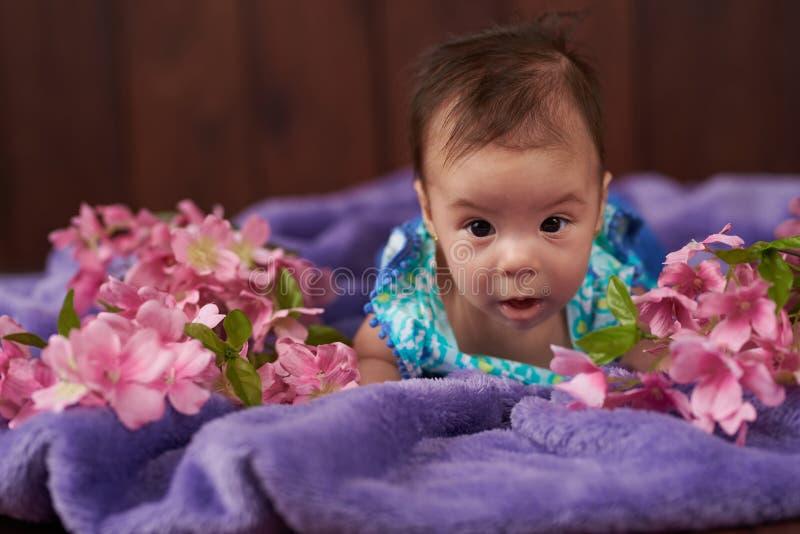 behandla som ett barn den nyf?dda gulliga flickan royaltyfria bilder