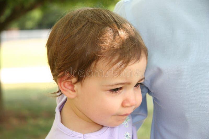 Download Behandla Som Ett Barn Den Olyckliga Flickan Fotografering för Bildbyråer - Bild av utanför, två: 505819