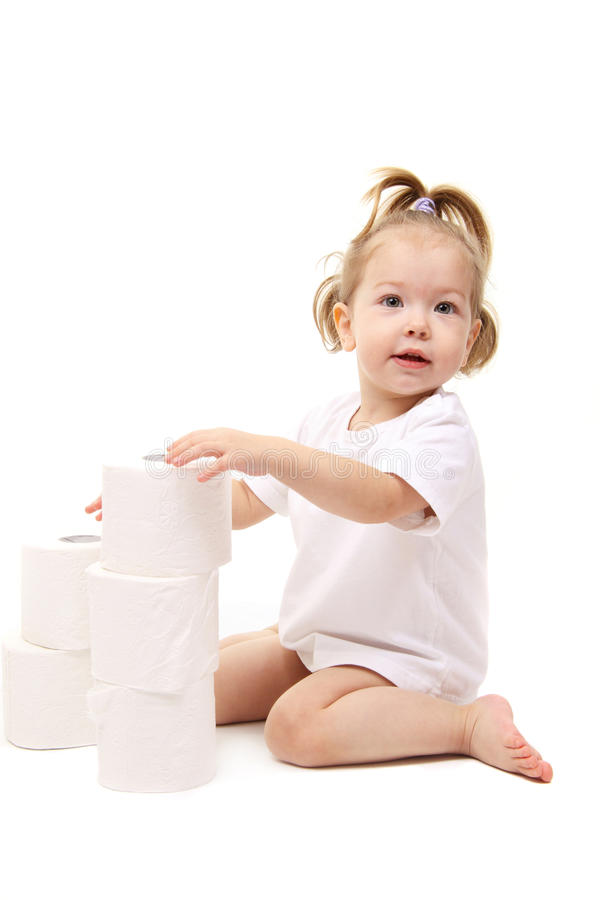 behandla som ett barn den paper toaletten för flickan royaltyfri foto