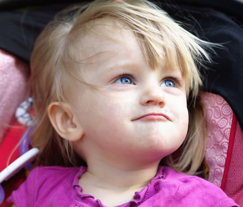 behandla som ett barn den roliga flickan royaltyfria foton