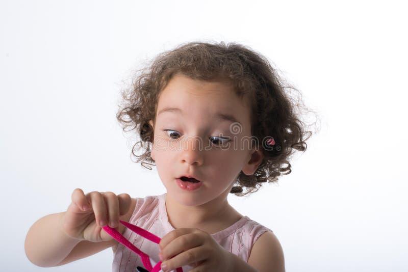 Behandla som ett barn den roliga flickan royaltyfria bilder