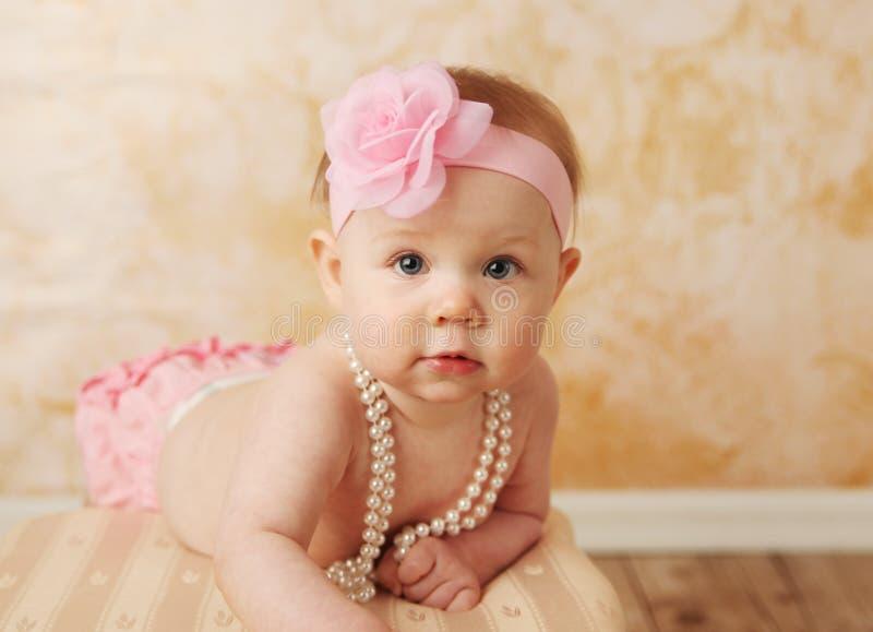behandla som ett barn den söta flickan arkivbild