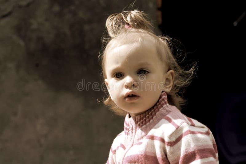 behandla som ett barn den söta flickan arkivbilder