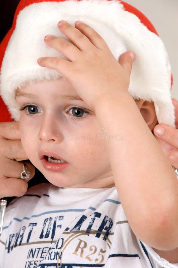 behandla som ett barn den söta julhatten arkivfoton