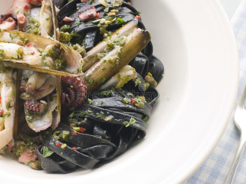 behandla som ett barn den sauteed musslabläckfiskrakkniven royaltyfria bilder