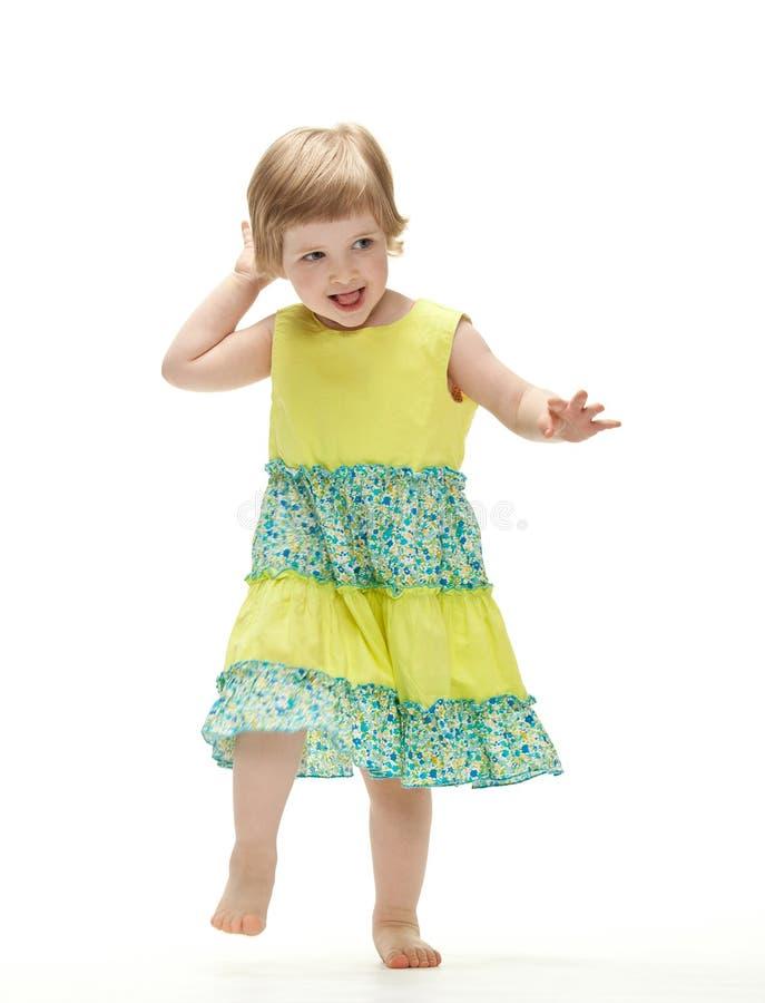 behandla som ett barn den skämtsamma dansflickan arkivbild