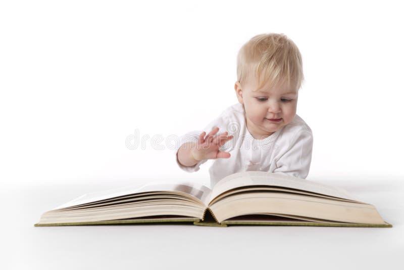 behandla som ett barn den stora boken läser royaltyfri foto