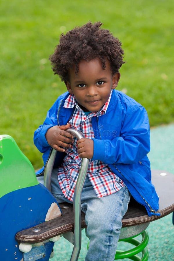 behandla som ett barn den svarta leka ståenden royaltyfria bilder
