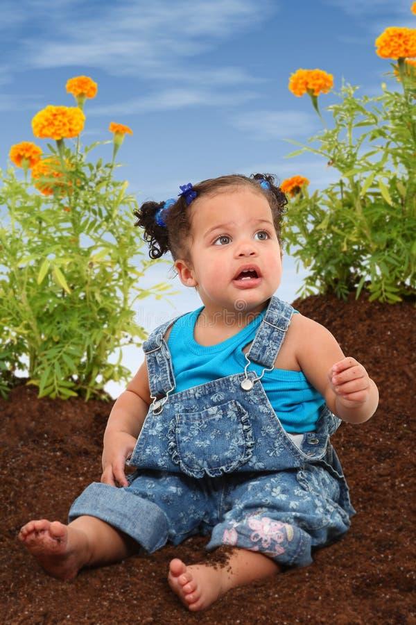 behandla som ett barn den trädgårds- flickan royaltyfria bilder