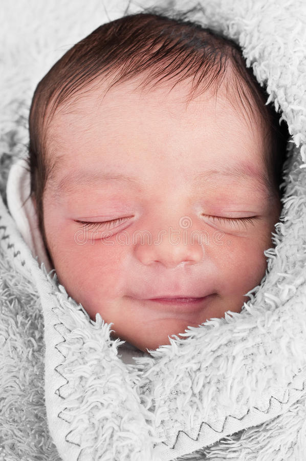 behandla som ett barn det drömma leendet royaltyfri bild