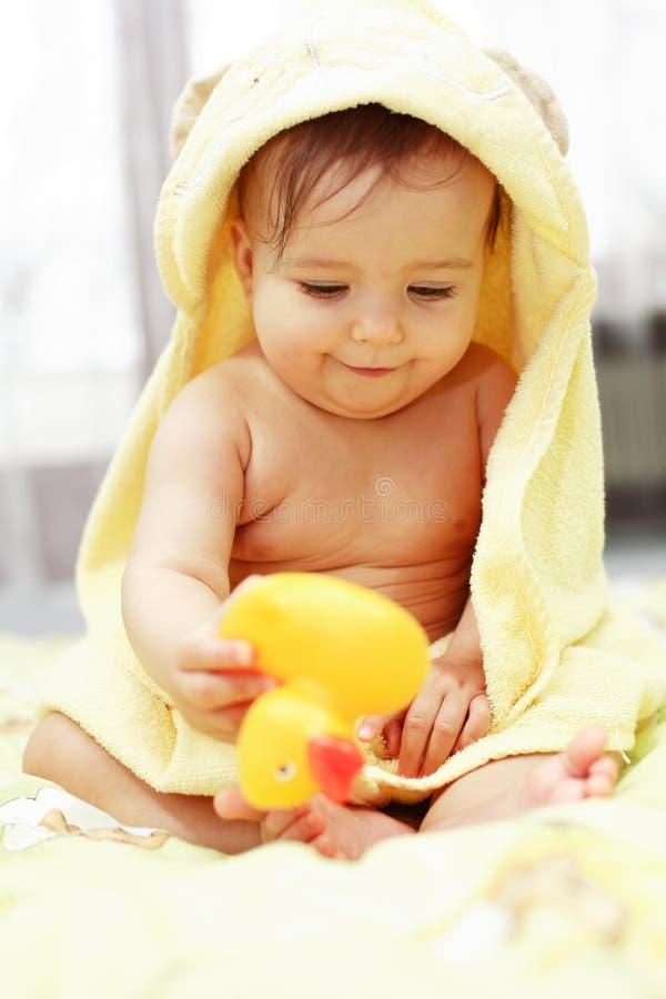 behandla som ett barn det gulliga badet arkivfoton